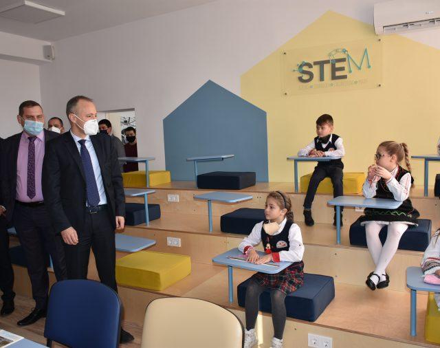 Учените на КВАЗАР с уроци по роботика в STEM центъра по природни науки, изследвания и иновации на гр. Костинброд